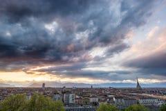 Panorama- cityscape av Turin från ovannämnt på solnedgången Arkivbild