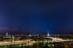 Panorama- cityscape av Turin (Torino) vid natt med stjärnklar himmel Arkivfoton