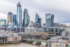 Panorama- cityscapesikt av London l?genheter som bygger arbete f?r st?lle f?r aff?rskontor royaltyfri fotografi