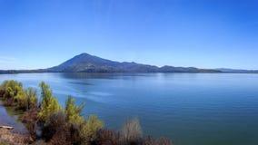 Panorama claro do lago fotografia de stock royalty free