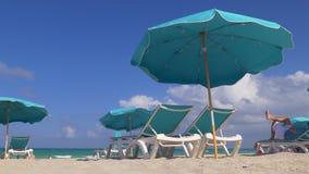 Panorama classico 4k Florida S.U.A. della spiaggia del sud di Miami di giorno di estate archivi video