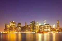 Panorama coloré d'horizon de nuit de New York City, Etats-Unis Photographie stock