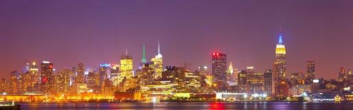 Panorama coloré d'horizon de nuit de New York City, Etats-Unis Images stock