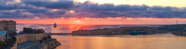 Panorama colorido de la salida del sol con el barco de cruceros en bahía Foto de archivo