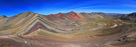 Panorama colorido del cierre de la montaña del arco iris Foto de archivo libre de regalías