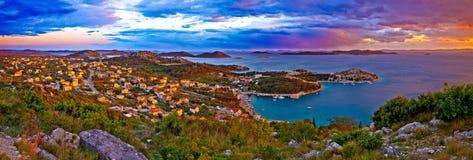 Panorama colorido surpreendente do por do sol do arquipélago de Pakostane fotografia de stock
