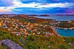 Panorama colorido surpreendente do por do sol do arquipélago de Pakostane foto de stock royalty free