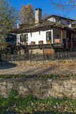 Panorama com a casa velha com a cerca de madeira na vila de Bozhentsi, Bulgária Fotografia de Stock