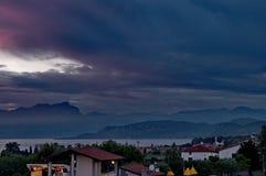 Panorama com lago e montanhas Foto de Stock
