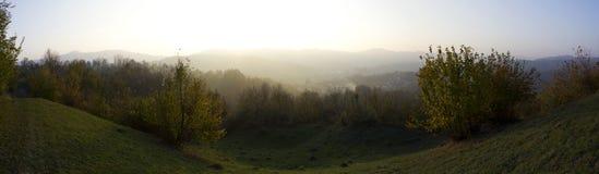 Panorama com montes e cidade Fotografia de Stock Royalty Free