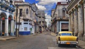 Panorama com o carro velho na rua de Havana Foto de Stock
