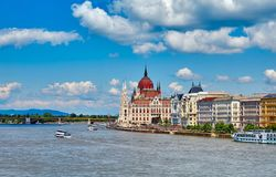 Panorama com o parlamento húngaro em budapest imagens de stock royalty free