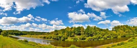Panorama com o rio na floresta Foto de Stock Royalty Free