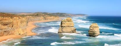 Panorama com os dois apóstolos na grande estrada do oceano Fotografia de Stock