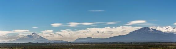 Panorama com os vulcões de Osorno e de Calbuco perto de Puerto Varas fotografia de stock royalty free