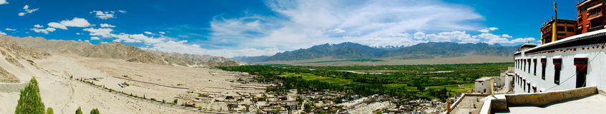 Panorama com vale verde e montanhas Imagem de Stock