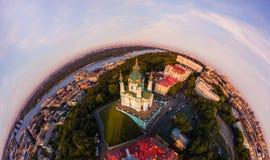 Panorama completo da vista aérea 360 graus do Andrew da cidade de Kiev, do ` s de St Andrew de descida do ` s da igreja, e da par Imagens de Stock