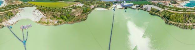 Panorama composito del cilindro da 360 gradi di un lago artificiale blu-verde per la sabbia del quarzo in Germania con il turboso fotografie stock libere da diritti