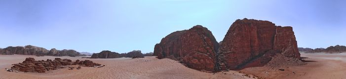 Panorama composito delle foto aeree di alta risoluzione di una montagna monolitica nella zona centrale della riserva del deserto  Immagine Stock Libera da Diritti