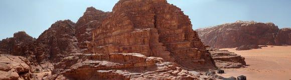 Panorama composito delle foto aeree di alta risoluzione di una montagna monolitica nella zona centrale della riserva del deserto  Fotografie Stock