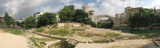 Panorama con el puente viejo en Mostat en Bosnia Imagen de archivo