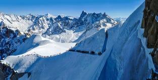 Panorama con gli sciatori che si dirigono verso Vallee Blanche, Francia Immagine Stock