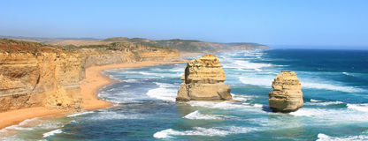 Panorama con i due apostoli sulla grande strada dell'oceano Fotografia Stock