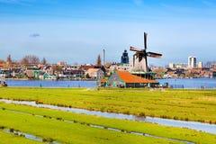 Panorama con i mulini a vento in Zaanse Schans, villaggio tradizionale, Paesi Bassi, l'Olanda Settentrionale Immagini Stock Libere da Diritti
