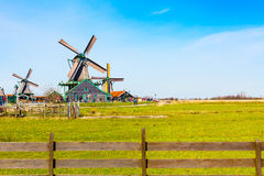 Panorama con i mulini a vento in Zaanse Schans, villaggio tradizionale, Paesi Bassi, l'Olanda Settentrionale Fotografie Stock