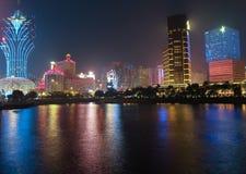 Panorama con il casinò di notte a Macao immagini stock