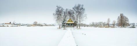 Panorama con il giorno di inverno e la casa dell'azienda agricola Fotografia Stock