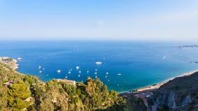 Panorama con il mare ionico dalla città di Taormina immagini stock libere da diritti