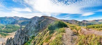 Panorama con il paesaggio delle montagne Fotografia Stock