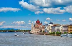 Panorama con il Parlamento ungherese a Budapest immagini stock libere da diritti