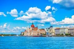 Panorama con il Parlamento ungherese a Budapest fotografia stock