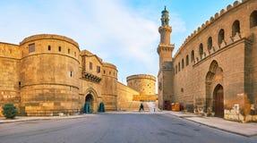 Panorama con il portone di pietra enorme del museo militare, di vecchio posto di guardia del cerchio e della moschea di Al-Nasir  fotografia stock