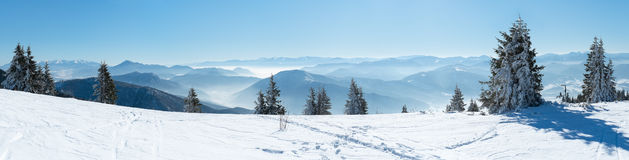 Panorama con l'inverno nevoso delle montagne Fotografie Stock Libere da Diritti