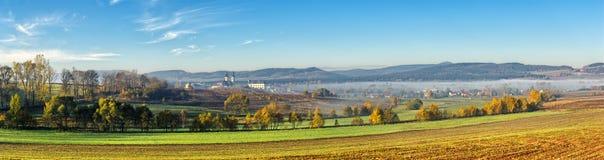 Panorama con la basilica in Krzeszow, Polonia Fotografie Stock