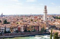 Panorama con la città di Verona da Castel San Pietro Fotografie Stock