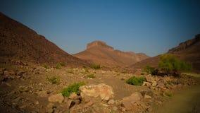 Panorama con la montaña de Adrar cerca de Terjit, de las rocas y de la garganta, Mauritania Foto de archivo