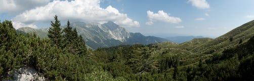 Panorama con la montaña de Krn de la ladera del vrh de Krasji en Julian Alps en Eslovenia Fotografía de archivo