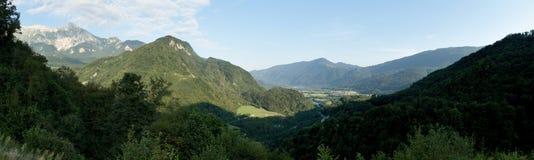 Panorama con la montaña de Krn del graduado de Stari sobre Kobarid en Julian Alps en Eslovenia Fotografía de archivo libre de regalías