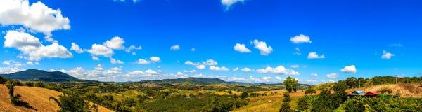 Panorama con la montagna ed il cielo fotografia stock