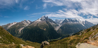 Panorama con la opinión sobre Aiguille Vert en Mont Blanc Massif fotos de archivo