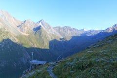 Panorama con la stazione metereologica e la montagna Grossvenediger, alpi di Hohe Tauern, Austria Immagini Stock Libere da Diritti