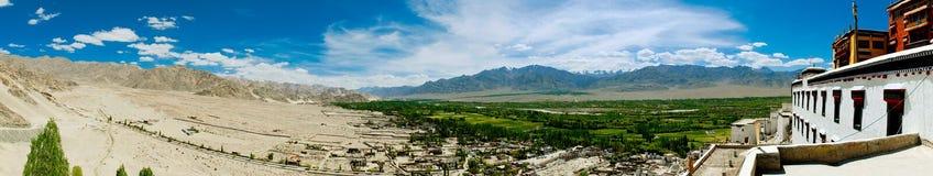 Panorama con la valle verde e le montagne Immagine Stock