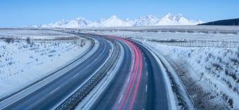 Panorama con le montagne e la strada principale con traffico Immagini Stock