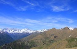 Panorama con le montagne, le nuvole e la neve Fotografia Stock Libera da Diritti