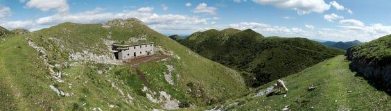 Panorama con los cuarteles abandonados abajo de la cumbre de Slatnik en Julian Alps en Eslovenia Fotografía de archivo libre de regalías