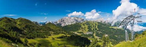 Panorama con seggiovia nelle montagne di estate Fotografia Stock Libera da Diritti